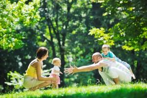 familia-feliz-en-un-dia-de-campo-con-sus-hijos